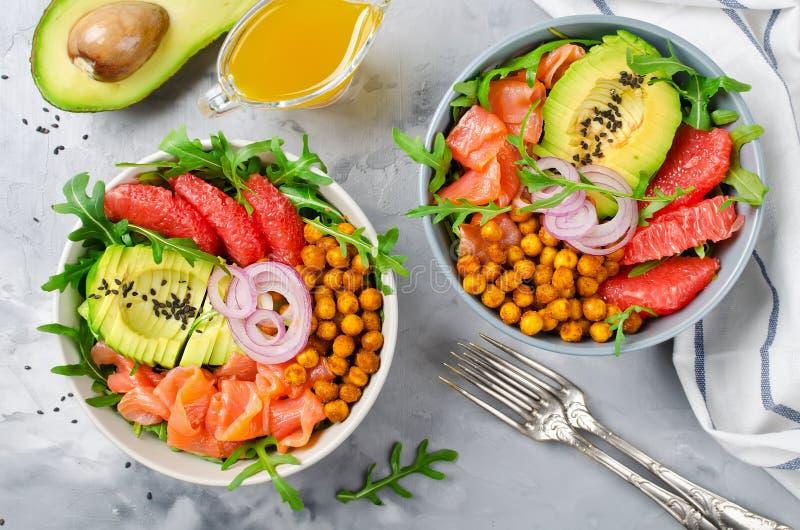 Bacia de salada saudável com salmões, toranja, grãos-de-bico picantes, avo fotografia de stock royalty free