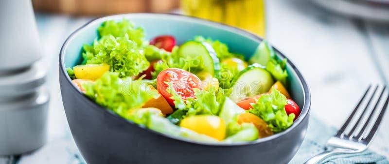Bacia de salada vegetal na tabela de cozinha Dieta equilibrada fotografia de stock