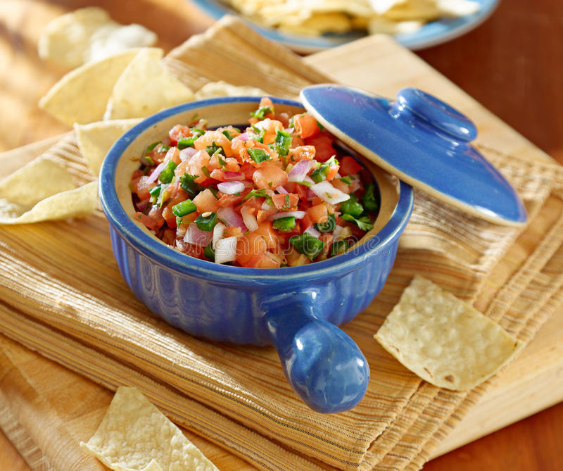 Bacia de salsa com microplaquetas de tortilla. imagens de stock royalty free
