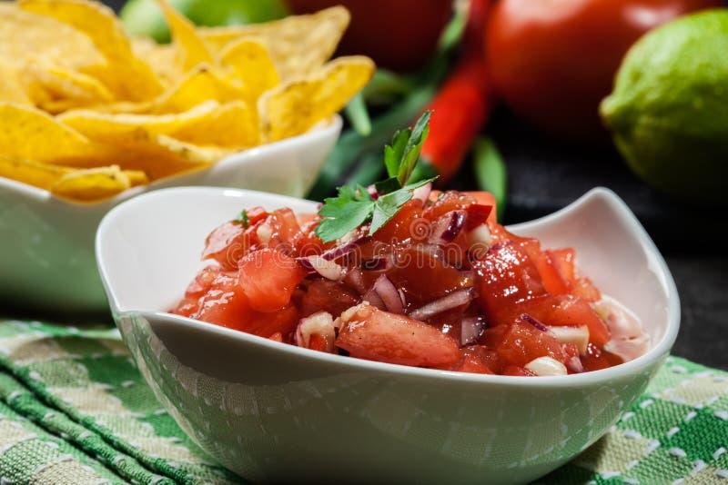 Download Bacia De Salsa Fresca Com Microplaquetas De Tortilha Foto de Stock - Imagem de mexicano, prato: 65575890