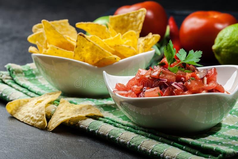 Download Bacia De Salsa Fresca Com Microplaquetas De Tortilha Foto de Stock - Imagem de placa, milho: 65575942