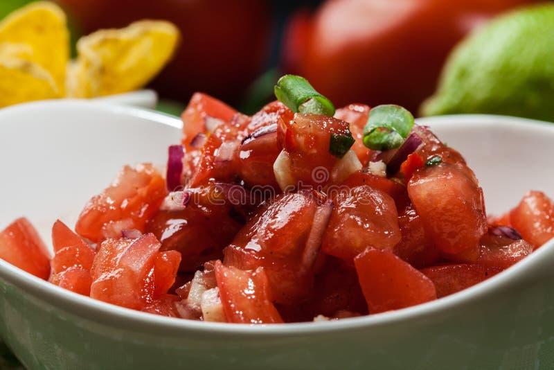 Download Bacia De Salsa Fresca Com Microplaquetas De Tortilha Foto de Stock - Imagem de naughty, mergulho: 65575994