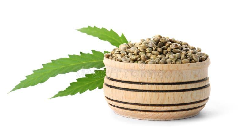 Bacia de sementes de cânhamo com folha verde imagem de stock