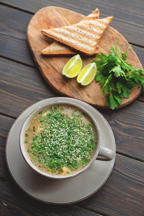Bacia de sopa com marisco com brinde imagem de stock royalty free