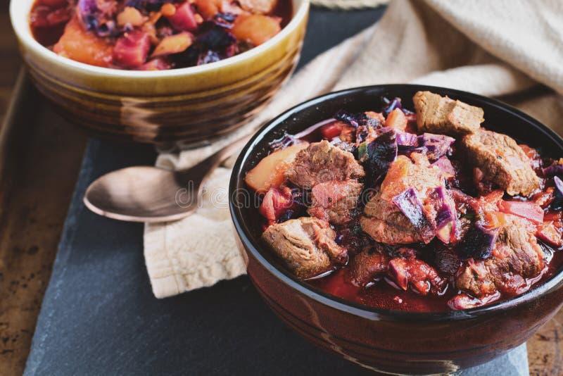Bacia de sopa do Borscht com os pedaços Meaty da carne imagem de stock royalty free