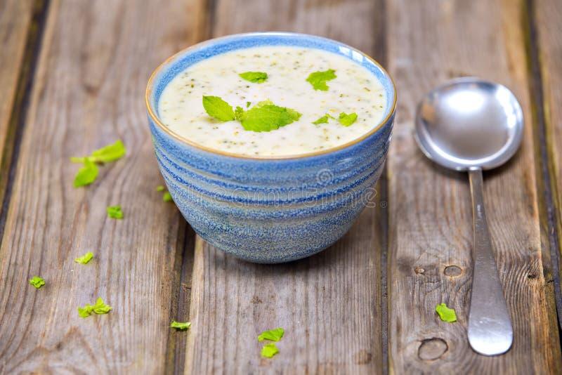 Bacia de sopa dos brócolis e do queijo cheddar fotografia de stock