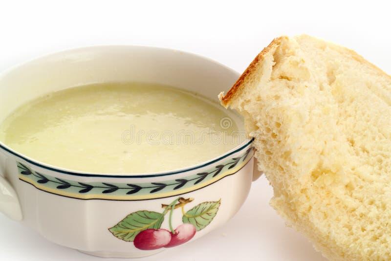 Bacia de sopa fresca com pão imagem de stock