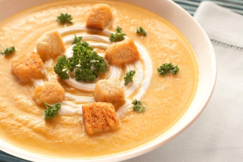 Bacia de sopa fresca do butternut imagens de stock