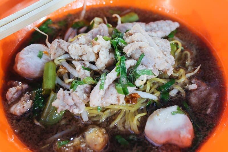 Bacia de sopa de macarronete com carne de porco, bola de carne e tok do nam do MOO da corriola, Tailândia - conceito do alimento imagens de stock