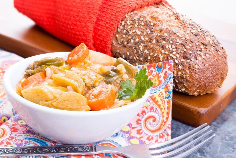 Bacia de sopa turca do alho-porro com pão foto de stock royalty free