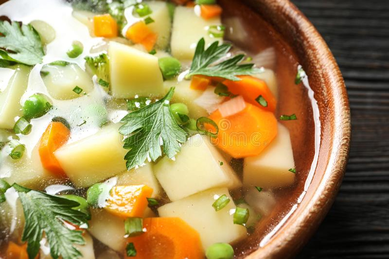 Bacia de sopa vegetal caseiro fresca na tabela imagens de stock royalty free
