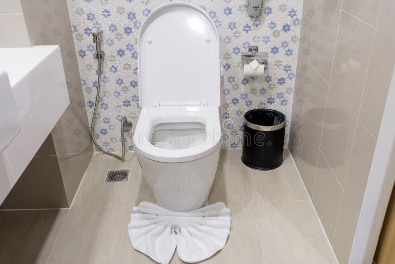 Bacia de toalete branca com o balde do lixo no banheiro imagem de stock royalty free