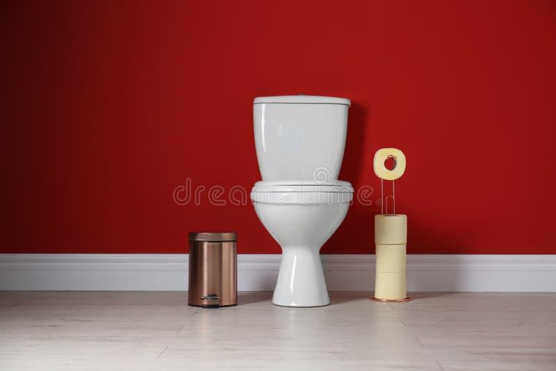 Bacia de toalete com rolos e o escaninho de lixo de papel imagens de stock royalty free