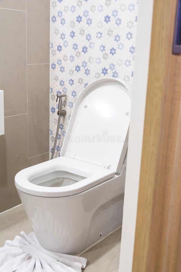 Bacia de toalete da abertura e do branco da porta do toalete no banheiro imagem de stock royalty free
