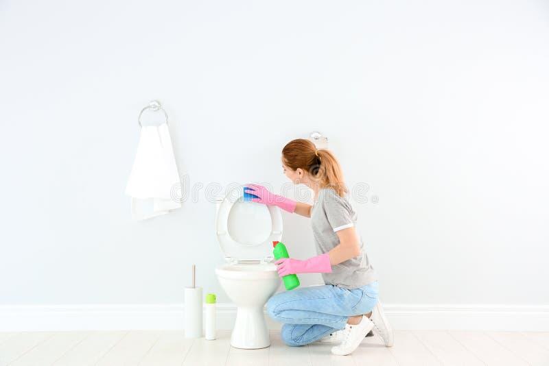 Bacia de toalete da limpeza da mulher foto de stock