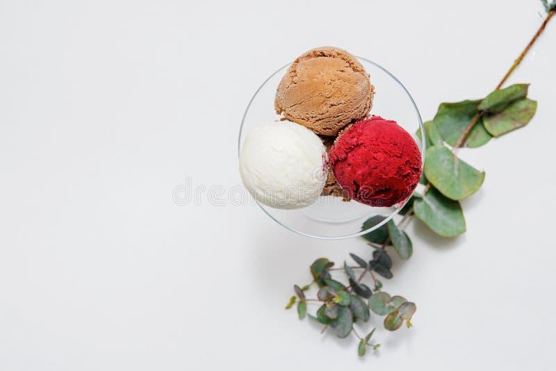 Bacia de várias bolas coloridas do gelado no fundo branco Da vista superior imagens de stock royalty free