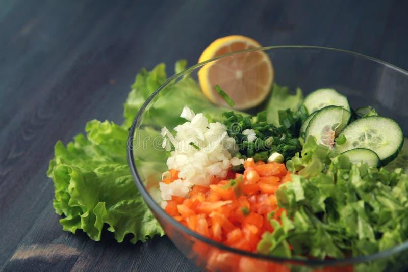 Bacia de vidro com vegetais cutted para uma salada fotos de stock