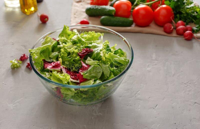 Bacia de vidro completa de salada verde fresca foto de stock