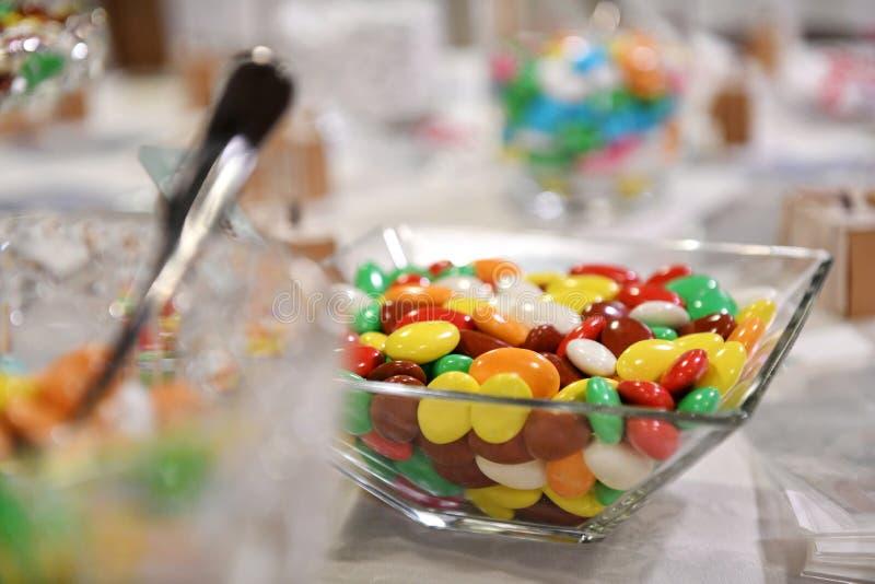 Bacia de vidro de doces brilhantemente coloridos foto de stock