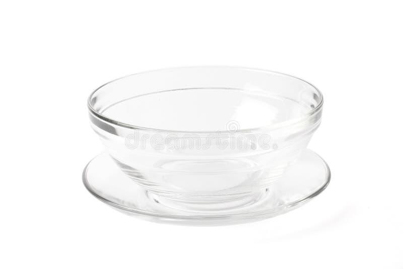 Bacia de vidro e placa transparentes no branco foto de stock