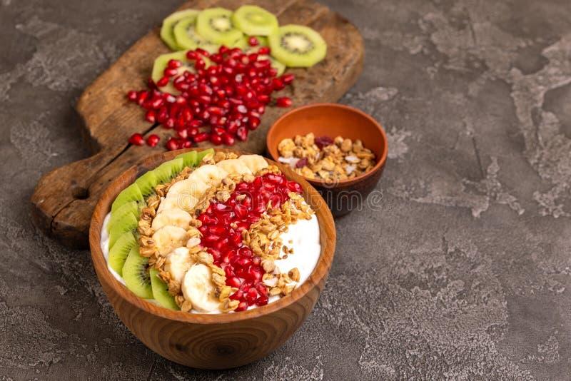 Bacia do acai da baunilha com quivi, banana, romã e granola imagens de stock royalty free
