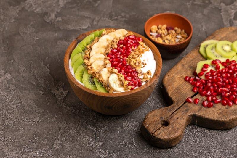 Bacia do acai da baunilha com quivi, banana, romã e granola fotografia de stock royalty free