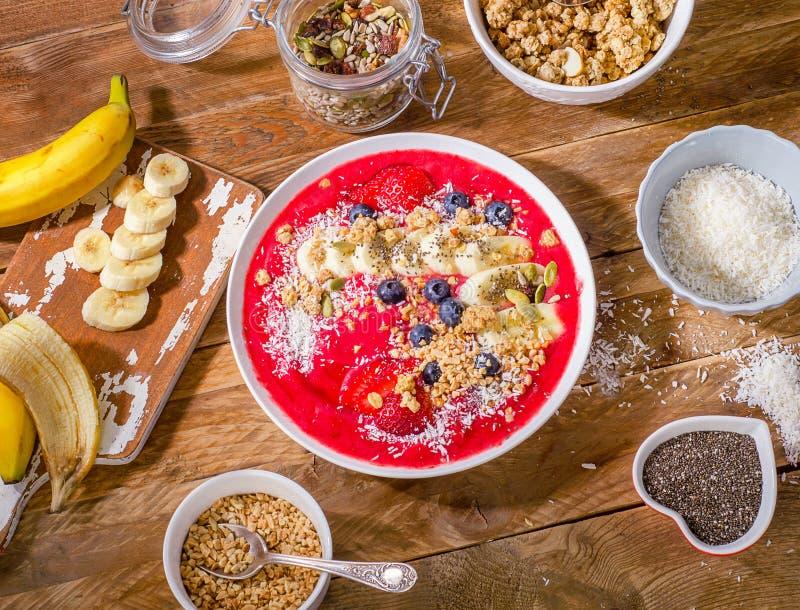 A bacia do batido da baga do café da manhã cobriu com banana, morango, bl foto de stock royalty free