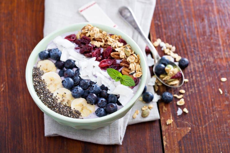 Bacia do batido do café da manhã com frutos imagens de stock royalty free