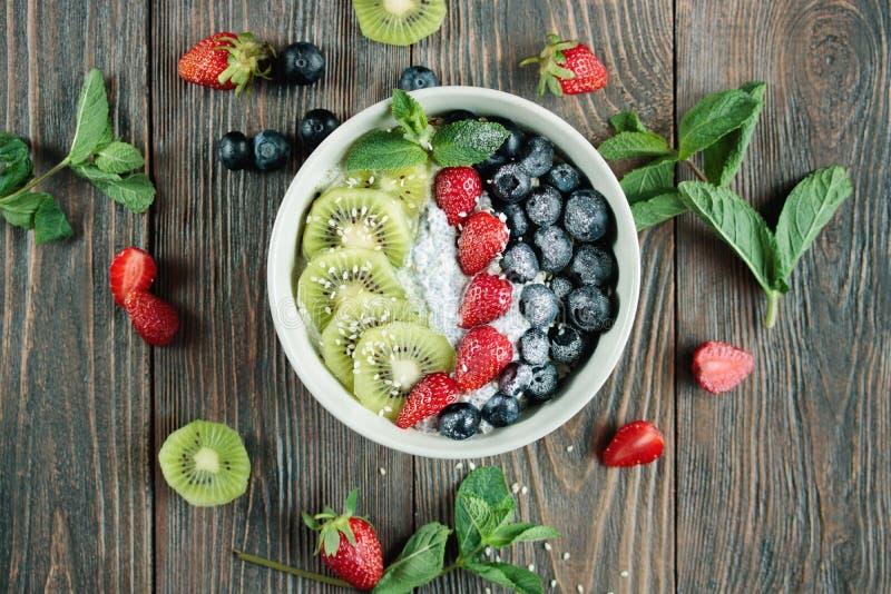 bacia do café da manhã do vegetariano do verão com as sementes do fruto fresco e do chia imagem de stock