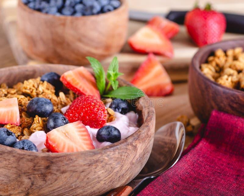 Bacia do caf? da manh? de Ganola e de iogurte com fruto fresco foto de stock