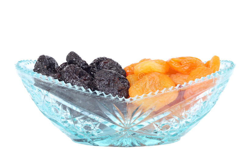 Bacia do cristal com ameixas e os alperces secados foto de stock