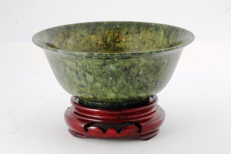 Bacia do jade com a base de madeira isolada no fundo branco imagens de stock royalty free