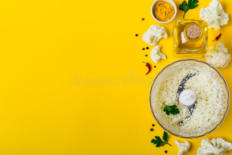 Bacia do misturador com arroz e especiarias da couve-flor Fundo saudável do alimento fotos de stock royalty free