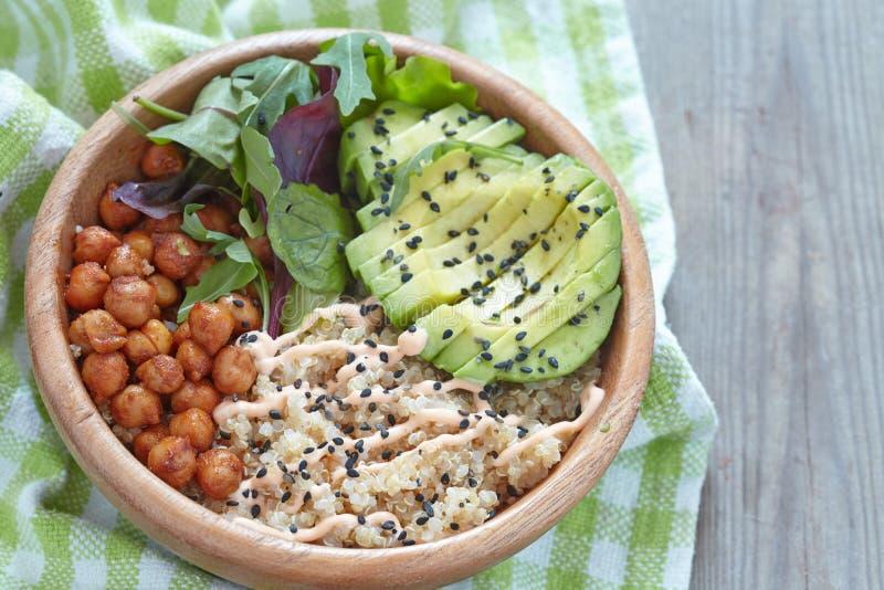 Bacia do Quinoa para o café da manhã saudável fotografia de stock