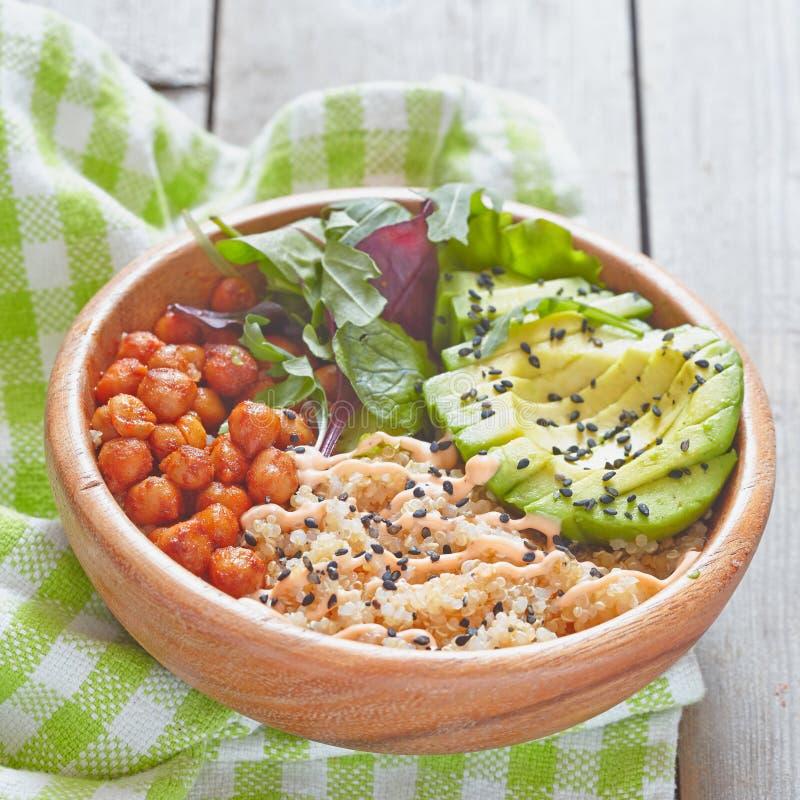 Bacia do Quinoa para o café da manhã saudável imagem de stock