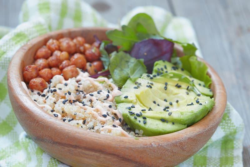 Bacia do Quinoa para o café da manhã saudável foto de stock