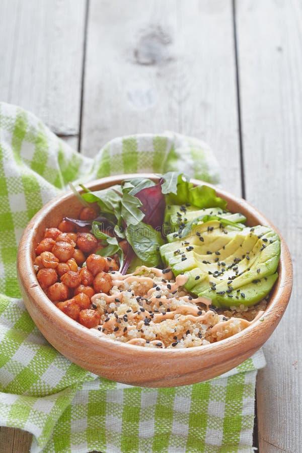 Bacia do Quinoa para o café da manhã saudável fotografia de stock royalty free