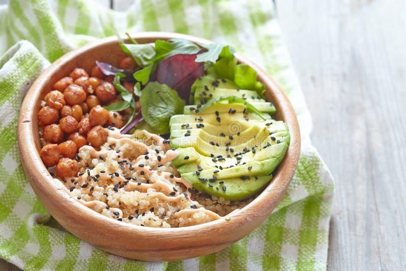 Bacia do Quinoa para o café da manhã saudável foto de stock royalty free