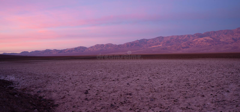 Bacia do Vale da Morte da estrada de Badwater do pico do telescópio da montanha da sentinela foto de stock