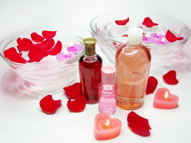 Bacia dos termas com pétalas cor-de-rosa e essências do petróleo imagem de stock