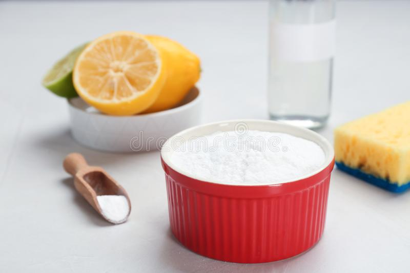 Bacia e colher com bicarbonato de sódio fotografia de stock royalty free