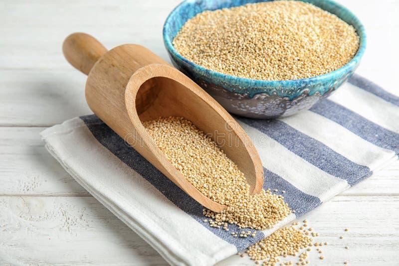 Bacia e colher com quinoa branco imagem de stock royalty free