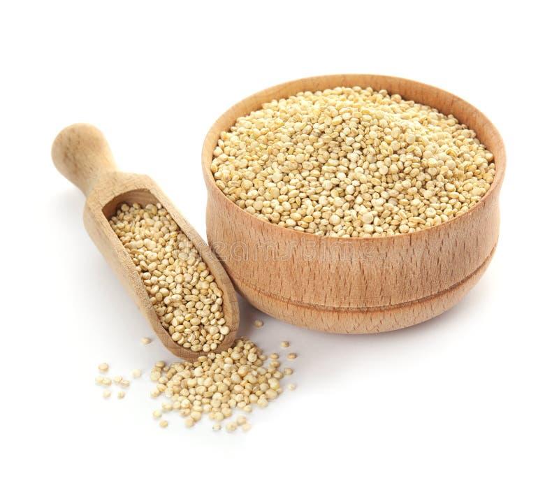 Bacia e colher com quinoa cru foto de stock