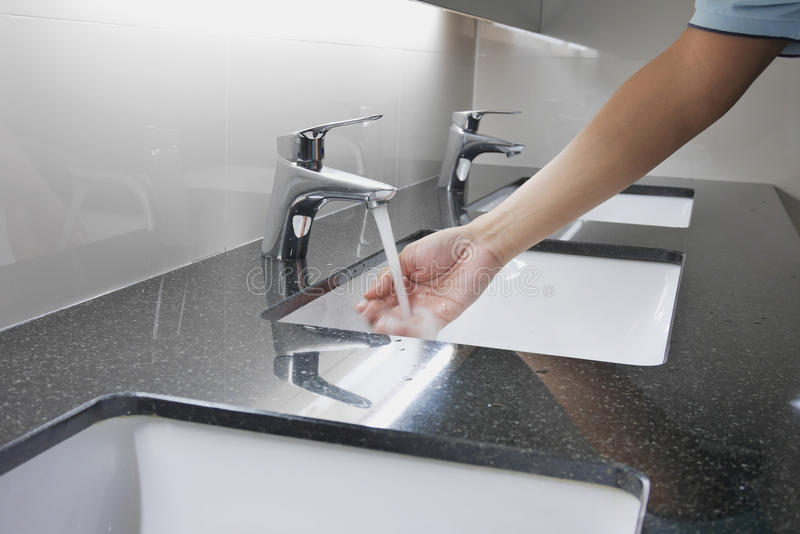 Bacia e torneira no contador do granito com lavagem da mão foto de stock royalty free