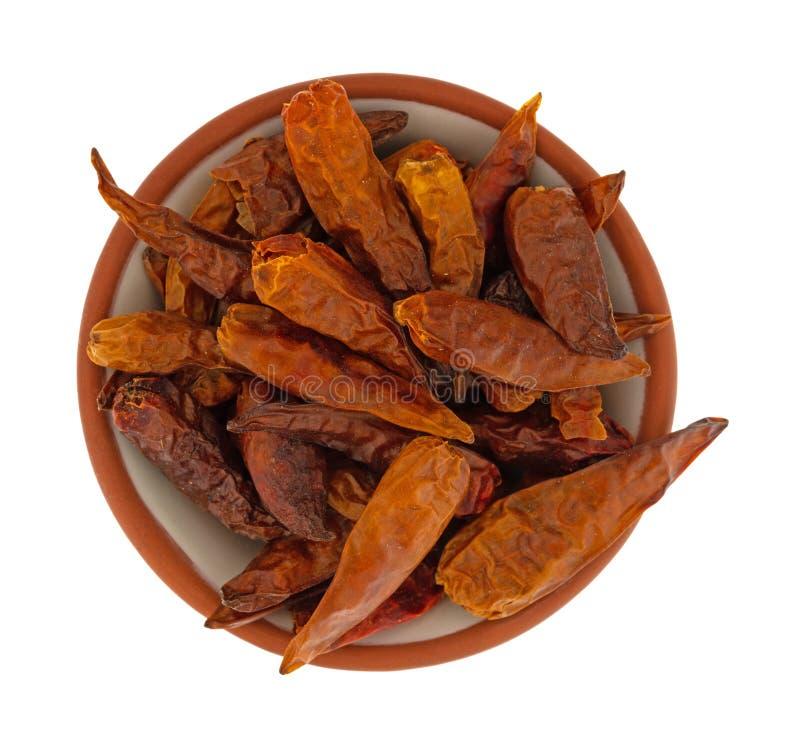 Bacia enchida com as pimentas de pimentão vietnamianas secadas em uma opinião superior do fundo branco imagem de stock