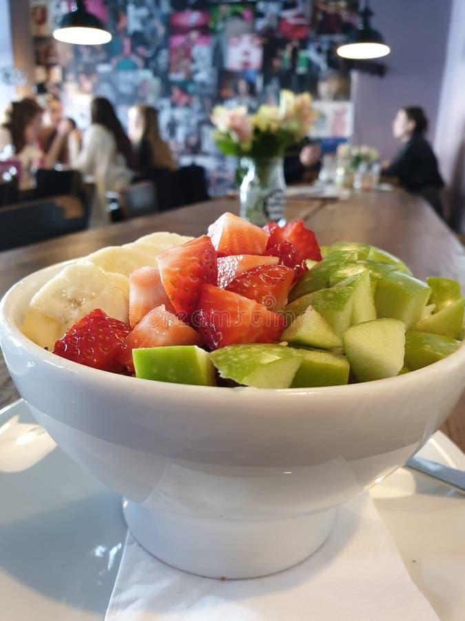 Bacia fresca do café da manhã com morangos, maçã, banana, cereais e iogurte fotografia de stock