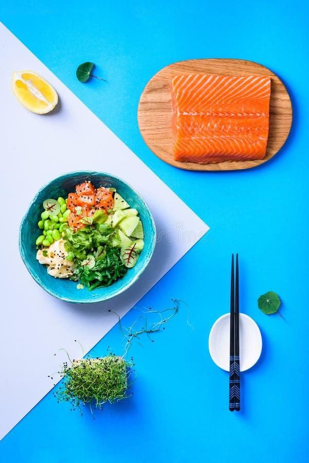 Bacia havaiana do puxão com salmões, macarronete e edamame Alimento na moda asiático imagem de stock royalty free