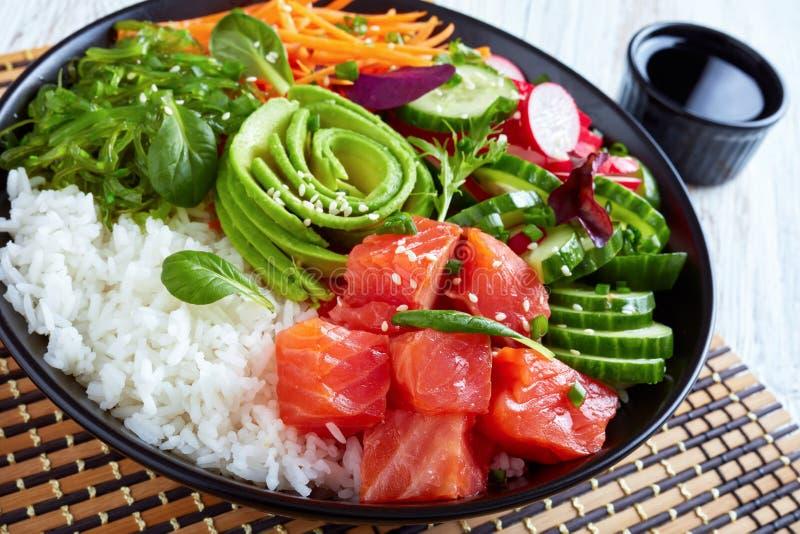 Bacia orgânica crua do puxão dos salmões de Ahi com arroz foto de stock royalty free