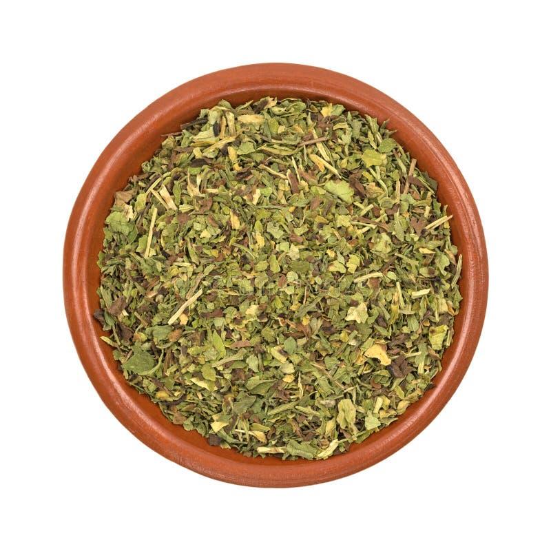 Bacia pequena de erva do feverfew em um fundo branco fotografia de stock
