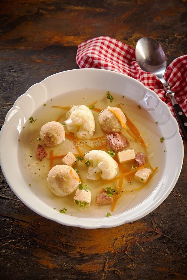 Bacia saboroso de sopa sazonal da mola fotos de stock royalty free